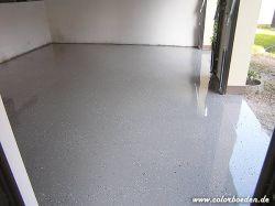 Garagenboden nun glatt, glänzend beschichtet und mit Chips abgestreut