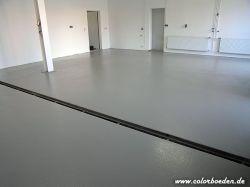 Garage mit Ablaufrinne nachher mit glänzender, rutschhemmender Beschichtung